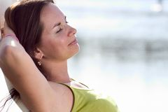 ελκυστική χαλάρωση brunette στοκ εικόνα με δικαίωμα ελεύθερης χρήσης
