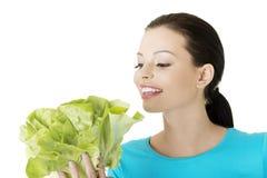 Ελκυστική χαμογελώντας γυναίκα με το φρέσκο salat Στοκ εικόνα με δικαίωμα ελεύθερης χρήσης