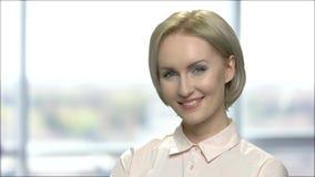 Ελκυστική χαμογελώντας επιχειρησιακή γυναίκα κοντά επάνω φιλμ μικρού μήκους