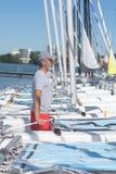 Ελκυστική hobbie-γάτα ξαρτιών ναυτικών πρίν πλέει τη σειρά μαθημάτων Στοκ Φωτογραφία