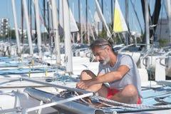 Ελκυστική hobbie-γάτα ξαρτιών ναυτικών πρίν πλέει τη σειρά μαθημάτων Στοκ φωτογραφίες με δικαίωμα ελεύθερης χρήσης