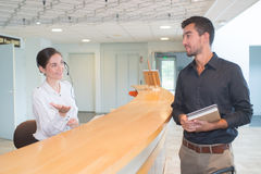 Ελκυστικός ανώτερος υπάλληλος στο ξενοδοχείο υποδοχής Στοκ Εικόνα