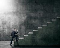 Ελκυστικός ασιατικός επιχειρηματίας που επιταχύνει μια σκάλα Στοκ εικόνες με δικαίωμα ελεύθερης χρήσης