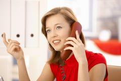 Ελκυστικός εργαζόμενος γραφείων στο τηλέφωνο Στοκ φωτογραφίες με δικαίωμα ελεύθερης χρήσης