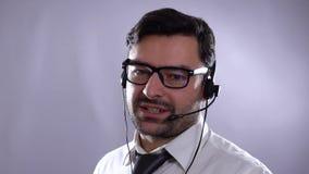 Ελκυστικός νέος αντιπρόσωπος εξυπηρέτησης πελατών Λεπτομέρεια της Νίκαιας στο πρόσωπο απόθεμα βίντεο