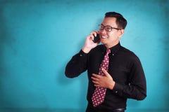 Ελκυστικός νέος επιχειρηματίας που μιλά στο τηλέφωνό του, ευτυχές χαμόγελο Στοκ φωτογραφίες με δικαίωμα ελεύθερης χρήσης