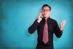 Ελκυστικός νέος επιχειρηματίας που μιλά στο τηλέφωνό του Στοκ φωτογραφίες με δικαίωμα ελεύθερης χρήσης