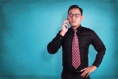 Ελκυστικός νέος επιχειρηματίας που μιλά στο τηλέφωνό του Στοκ Εικόνες