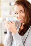 Ελκυστικός νέος καφές κατανάλωσης γυναικών στο σπίτι Στοκ εικόνα με δικαίωμα ελεύθερης χρήσης