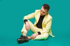 Ελκυστικός νεαρός άνδρας στη συνεδρίαση κοστουμιών στο πάτωμα Μοντέρνη προοπτική, επιτυχής επιχειρηματίας, ευτυχής, έκφραση αληθι Στοκ εικόνα με δικαίωμα ελεύθερης χρήσης
