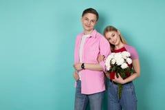 Ελκυστικός νεαρός άνδρας στο ρόδινο πουκάμισο με τη φίλη του που έκλινε στον ώμο του στοκ φωτογραφία