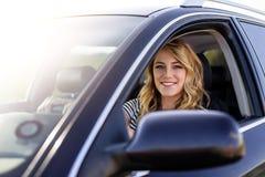 Ελκυστικός ξανθός στο αυτοκίνητο Στοκ φωτογραφίες με δικαίωμα ελεύθερης χρήσης