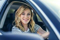 Ελκυστικός ξανθός στο αυτοκίνητο Στοκ Φωτογραφία
