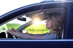 Ελκυστικός ξανθός στο αυτοκίνητο Στοκ εικόνα με δικαίωμα ελεύθερης χρήσης