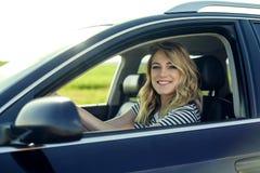 Ελκυστικός ξανθός στο αυτοκίνητο Στοκ εικόνες με δικαίωμα ελεύθερης χρήσης
