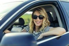 Ελκυστικός ξανθός στο αυτοκίνητο Στοκ φωτογραφία με δικαίωμα ελεύθερης χρήσης
