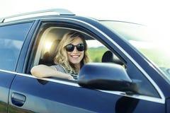 Ελκυστικός ξανθός στο αυτοκίνητο Στοκ Εικόνες