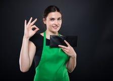 Ελκυστικός πωλητής κοριτσιών που κάνει το εντάξει σημάδι χειρονομίας Στοκ φωτογραφία με δικαίωμα ελεύθερης χρήσης