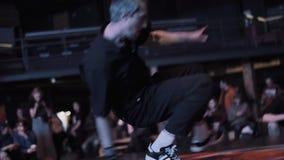 Ελκυστικός τύπος στα σκοτεινά μαύρα ενδύματα που δυναμικά στη σκηνή απόθεμα βίντεο