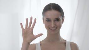 Ελκυστικός υπολογισμός γυναικών σε πέντε στα δάχτυλα φιλμ μικρού μήκους