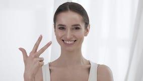 Ελκυστικός υπολογισμός γυναικών σε πέντε στα δάχτυλα απόθεμα βίντεο