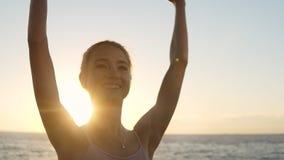 Ελκυστικός, χαμογελώντας χορευτής μπαλέτου που ασκεί και που ασκεί υπαίθρια με την ανατολή πρωινού στο υπόβαθρο λεπτός απόθεμα βίντεο