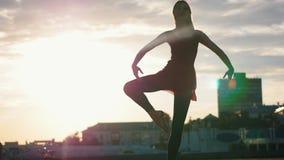 Ελκυστικός χορευτής μπαλέτου γυναικών που κάνει τις ασκήσεις μπαλέτου στον υπαίθριο απόθεμα βίντεο