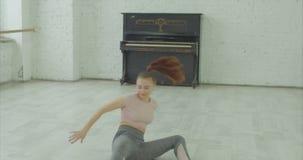 Ελκυστικός χορευτής που αυτοσχεδιάζει το σύγχρονο χορό απόθεμα βίντεο