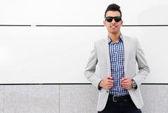 Ελκυστικό άτομο με τα βαμμένα γυαλιά ηλίου Στοκ Εικόνα