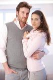 Ελκυστικό αγκάλιασμα ζευγών Στοκ Φωτογραφίες