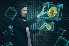Ελκυστικό ασιατικό άτομο στο hoodie με το ψηφιακό bitcoin Στοκ Εικόνες