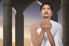 Ελκυστικό ασιατικό μουσουλμανικό άτομο που προσεύχεται στο Θεό Στοκ φωτογραφίες με δικαίωμα ελεύθερης χρήσης