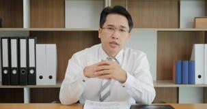 Ελκυστικό ασιατικό τηλεοπτικό μήνυμα καταγραφής ατόμων που μιλά στο webcam, σύμβουλος που υποβάλλει την προσφορά στον πελάτη από  απόθεμα βίντεο