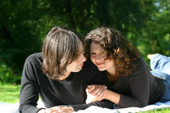 ελκυστικό ζεύγος διαφ&omi Στοκ εικόνα με δικαίωμα ελεύθερης χρήσης