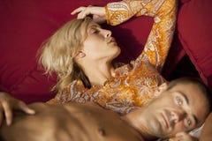 ελκυστικό ζεύγος καναπέδων στοκ φωτογραφία με δικαίωμα ελεύθερης χρήσης