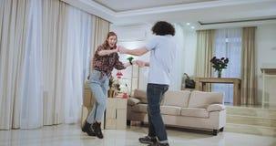 Ελκυστικό ζεύγος Dacing πολύ σε ένα καινούργιο σπίτι απολαμβάνουν το χρόνο αισθαμένος μαζί ευτυχείς και πολύ συγκινημένοι μετά απ φιλμ μικρού μήκους