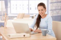 Ελκυστικό θηλυκό περιοδεύοντας Διαδίκτυο στο σπίτι στοκ εικόνα με δικαίωμα ελεύθερης χρήσης