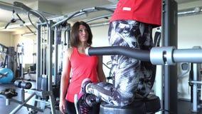Ελκυστικό καυκάσιο τραίνο κοριτσιών δύο στη γυμναστική Κάμερα 4K απόθεμα βίντεο