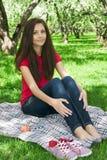 ελκυστικό κορίτσι κήπων στοκ εικόνα