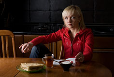 ελκυστικό κορίτσι καφέδων Στοκ φωτογραφίες με δικαίωμα ελεύθερης χρήσης