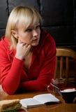 ελκυστικό κορίτσι καφέδων Στοκ εικόνες με δικαίωμα ελεύθερης χρήσης