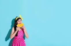 Ελκυστικό κορίτσι ομορφιάς που φορά το χαριτωμένο ιματισμό φορεμάτων Στοκ Εικόνες
