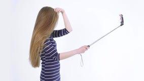 Ελκυστικό κορίτσι που κάνει μια σειρά χαριτωμένου selfie φιλμ μικρού μήκους