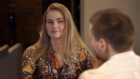 Ελκυστικό κορίτσι που μιλά στο συνάδελφο απόθεμα βίντεο