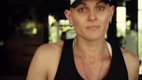 Ελκυστικό κορίτσι που τρέχει treadmill στη γυμναστική Πλήρες πορτρέτο προσώπου απόθεμα βίντεο