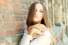 Ελκυστικό κορίτσι στην ανασκόπηση του τοίχου στοκ φωτογραφία με δικαίωμα ελεύθερης χρήσης