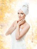 Ελκυστικό κορίτσι στην πετσέτα στο λευκό SPA, wellness και αυτός Στοκ φωτογραφία με δικαίωμα ελεύθερης χρήσης