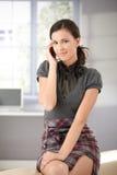 Ελκυστικό κορίτσι στο κινητό τηλεφωνικό χαμόγελο Στοκ Εικόνες