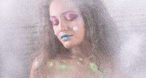 Ελκυστικό κορίτσι χειμερινού πορτρέτου στο φωτεινό makeup Στοκ Φωτογραφία