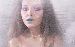 Ελκυστικό κορίτσι χειμερινού πορτρέτου στο φωτεινό makeup Στοκ Εικόνα